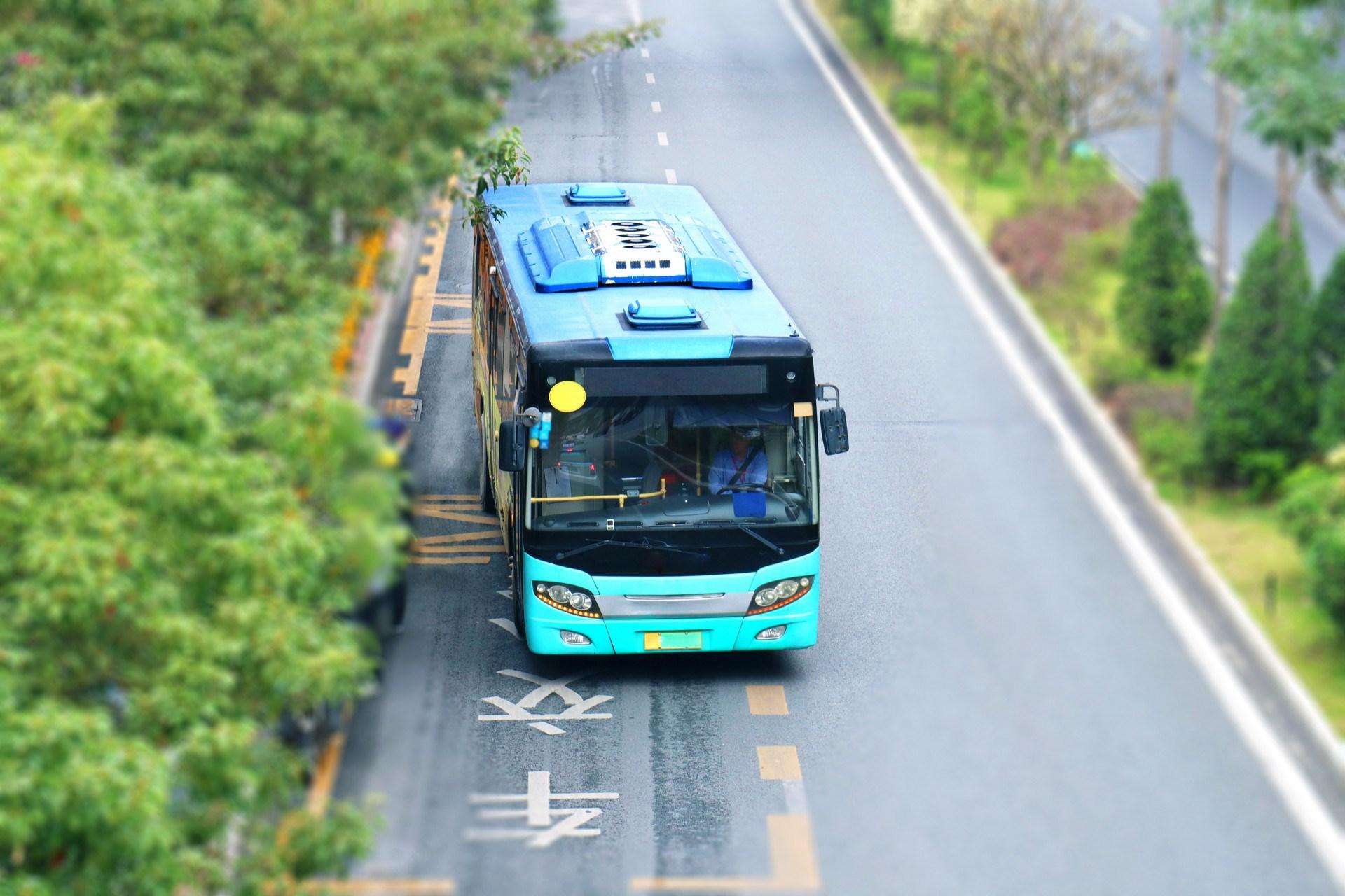 摄图网_501193267_banner_马路上的一辆蓝色的公交车大巴车(企业商用).jpg